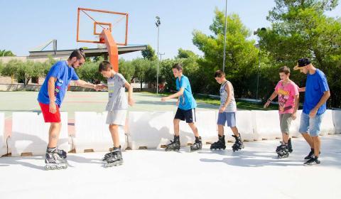 VOZNJA-ROLERA-stoni-tenis-skouras-kamp-bazen-fudbal-grcka-stoni-tenis-odbojka-kosarka-plaza-tekvondo-bicikl