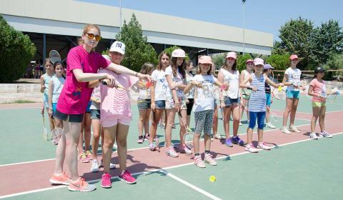 badminton-sah-umetnicka-radionica-pozoriste-odbojka-na-pesku-parkur-krosfit-streljastvo-strelicarstvo-suma-skouras-kamp-bazen-fudbal-grcka-stoni-tenis-odbojka-kosarka-plaza-tekvondo-bic